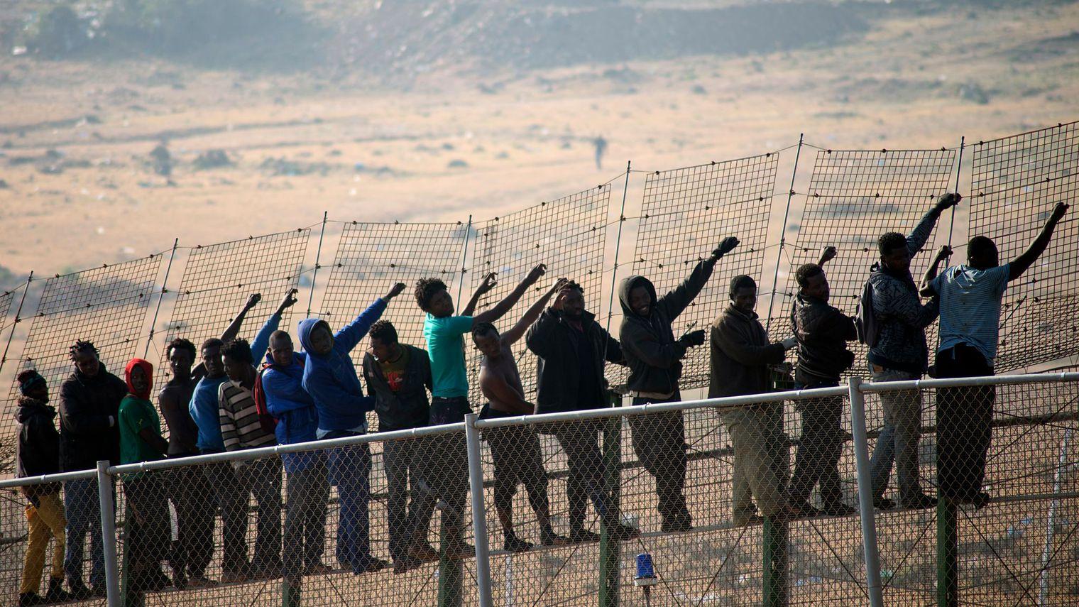 des-immigrants-d-origine-subsaharienne-a-la-frontiere-qui-separe-le-maroc-de-l-enclave-espagnole-de-melilla-le-1er-mai-2014_4900915